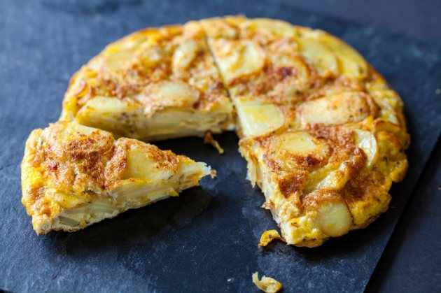 Authentic Spanish tortilla - MAGDALENA BUJAK/ ALAMY