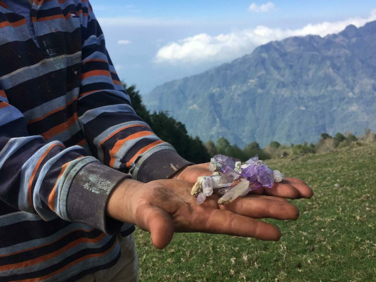 Many people in Piedra Parada mine amethysts for sale to visitors and dealers.